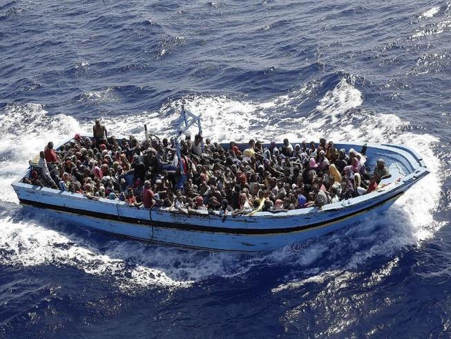 Tàu chở 600 người chìm, chỉ cứu được 155 người
