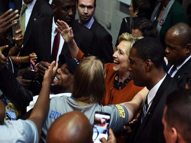 Obama - Clinton họp đảng Dân chủ, đứng lên sau thất bại
