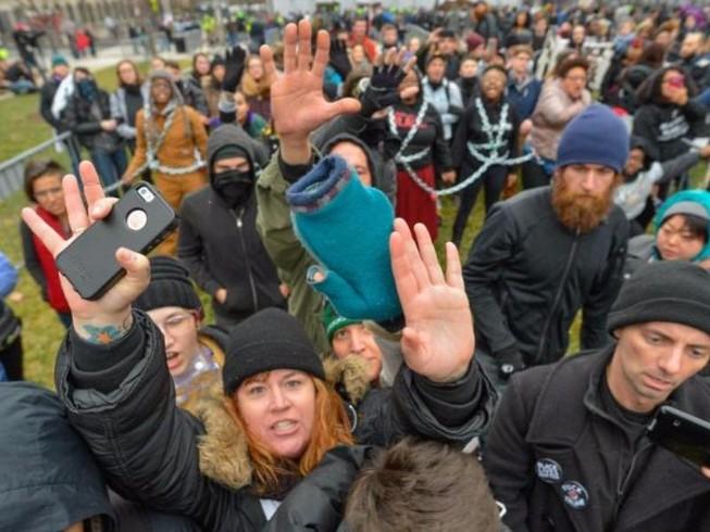 Người biểu tình phản đối Trump xung đột cảnh sát