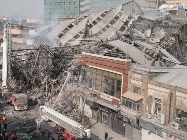 Cao ốc cháy sập, chôn vùi hơn 20 lính cứu hỏa