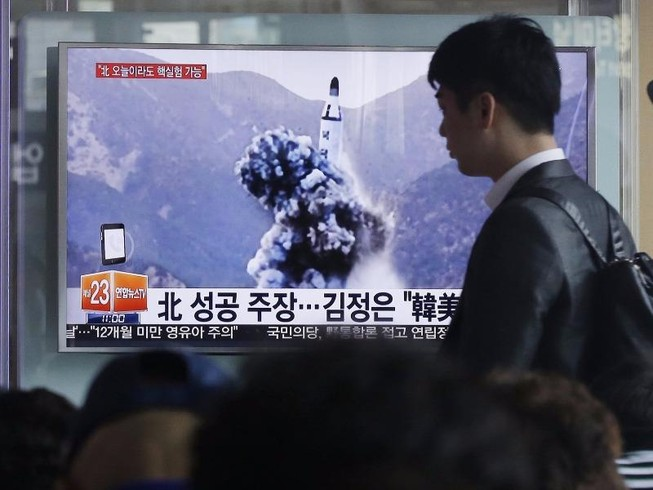 Triều Tiên sắp phóng 2 tên lửa làm quà mừng Trump