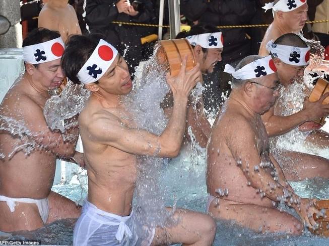 Người Nhật tắm băng đón năm mới