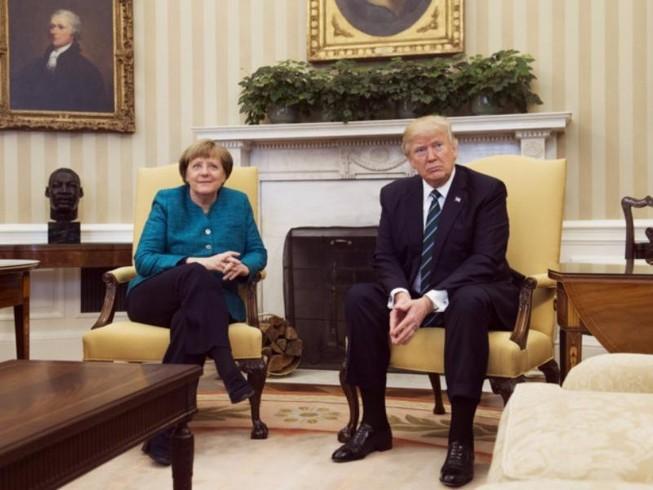 Ông Trump gượng gạo từ chối bắt tay bà Merkel