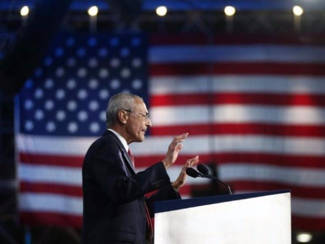 Chủ tịch ban tranh cử của bà Clinton phải ra điều trần