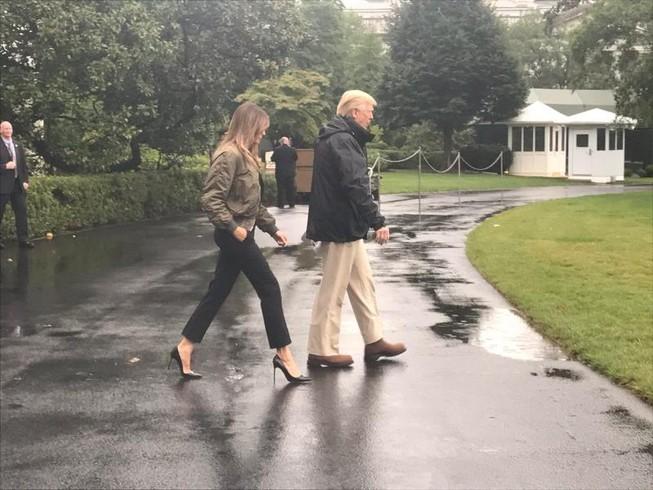 Giải oan cho bà Trump vụ mang giày cao gót thăm bão