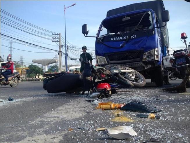 Xe máy chạy ngược chiều lao vào xe tải, một người bị thương nặng