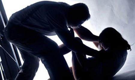 Mâu thuẫn, chồng cầm thanh sắt đánh trọng thương vợ