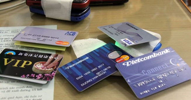 Người nước ngoài dùng thẻ tín dụng giả mua túi xách trăm triệu