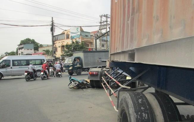 Va chạm xe máy và container, một người tử vong