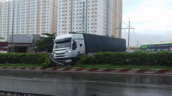 Xe tải tông dải phân cách chắn ngang QL1, kẹt xe nhiều giờ