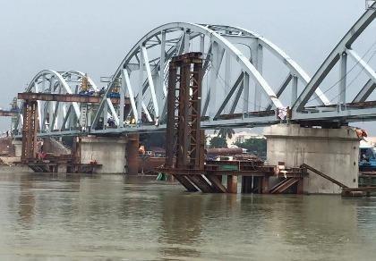 Chuẩn bị thử tải cho tàu lưu thông qua cầu Ghềnh