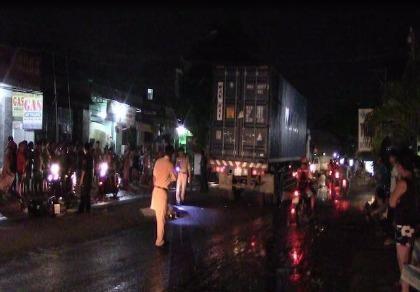 Va chạm xe máy và container, 1 người tử vong tại chỗ