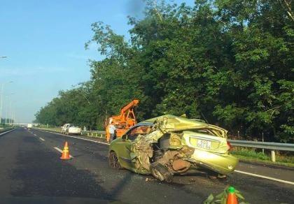 Ô tô 4 chỗ bị xe tải tông nát phần đuôi trên cao tốc