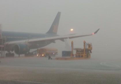 Mưa giông lớn, nhiều chuyến bay bị ảnh hưởng nghiêm trọng