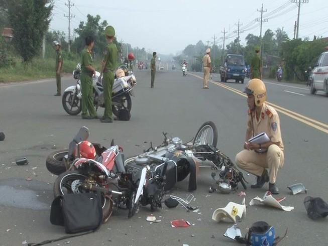 Va chạm 2 xe máy, 3 người nguy kịch