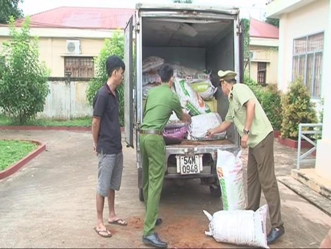 Bắt giữ đối tượng vận chuyển 5.000 gói thuốc lá lậu