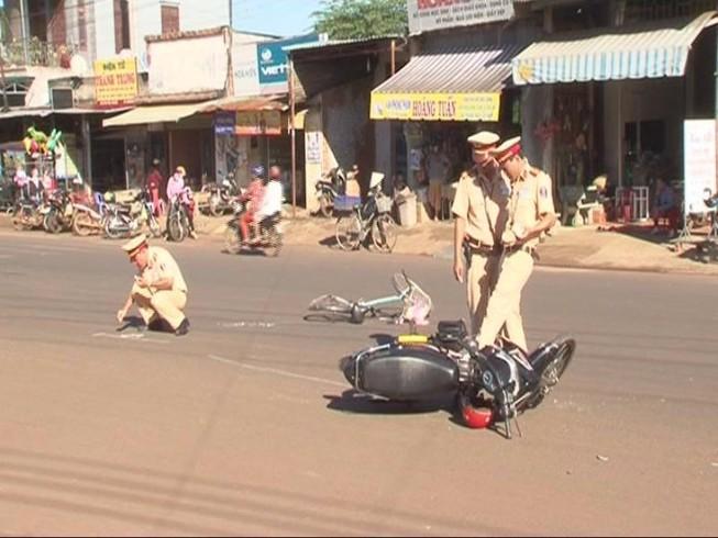 Va chạm giữa xe máy và xe đạp, 2 người nguy kịch