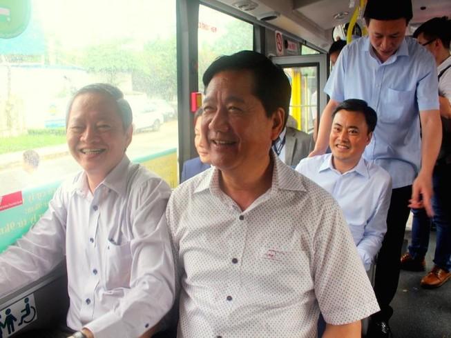 Bí thư Đinh La Thăng đi xe buýt mới từ Tân Sơn Nhất