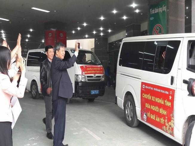 Chuyến xe nghĩa tình chở bệnh nhân nghèo về quê ăn Tết