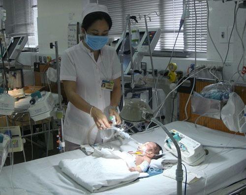 Làm rõ vụ bé sơ sinh nguy kịch vì cắt rốn bằng dao lam
