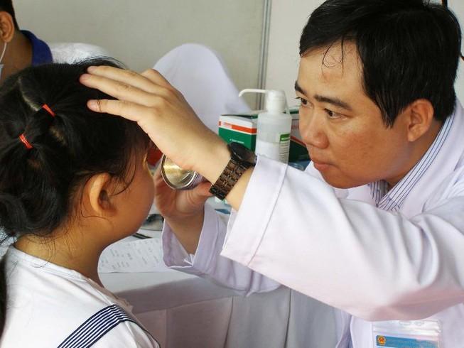 Tật khúc xạ và vẹo cột sống tăng theo từng cấp học