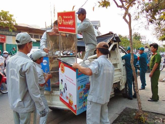 Huyện Hóc Môn giúp dân tháo dỡ hạng mục xây lấn