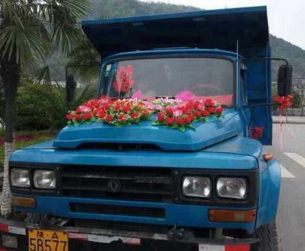 Chú rể 'chơi trội' khi đón dâu bằng... đoàn xe tải