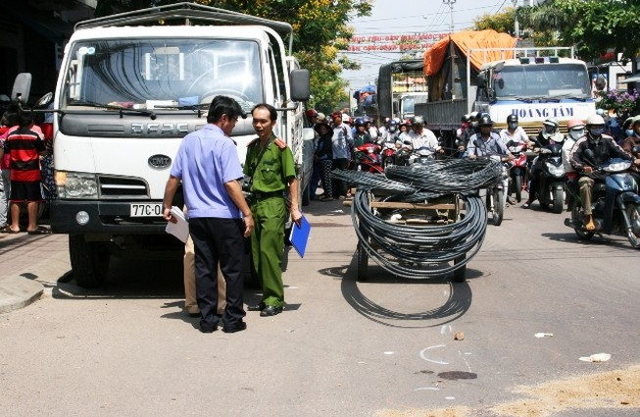 Thương tâm: Người phụ nữ chết thảm vì tài xế mở cửa xe không quan sát