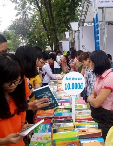 Chen chúc mua sách rẻ ở hội sách lớn nhất Hà Nội