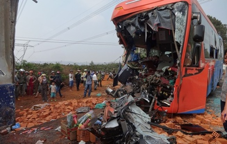 Xe khách tông xe tải, hai người tử vong, nhiều người bị thương