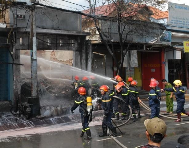Huy động gần trăm cảnh sát chữa cháy cửa hàng hóa chất