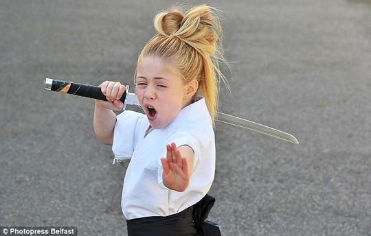 Cô bé 9 tuổi múa kiếm gây sốt ở cuộc thi tìm kiếm tài năng