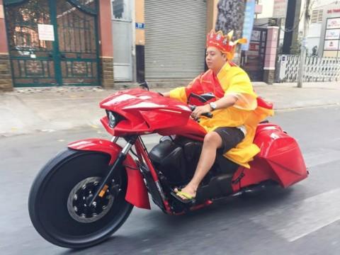'Đường tăng'  cưỡi mô tô khủng trên phố Sài Gòn