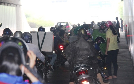 Giao thông qua hầm Thủ Thiêm hỗn loạn vì người dân dừng trú mưa