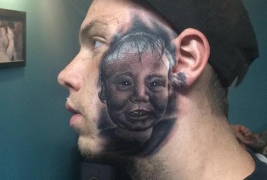 Ông bố xăm hình con trai lên mặt