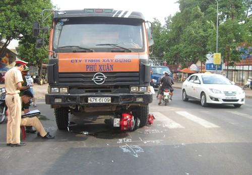 Bị xe tải cuốn vào gầm, người phụ nữ bò ra kêu cứu