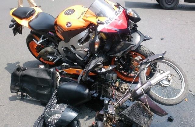 Mô tô phân khối lớn đè bẹp xe máy chạy ngược chiều