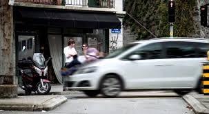 Video sốc bị ô tô đâm vì mải dùng điện thoại trên đường