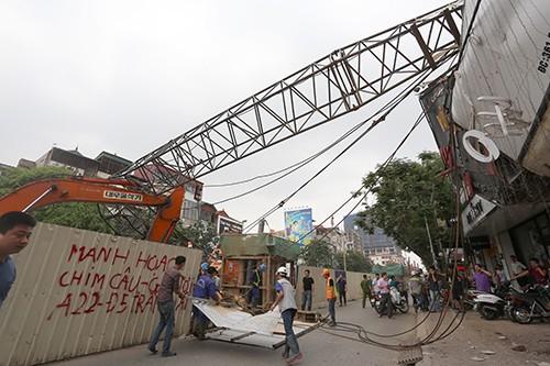 Cần cẩu thi công tuyến metro Nhổn - Ga Hà Nội đổ làm 1 người bị thương