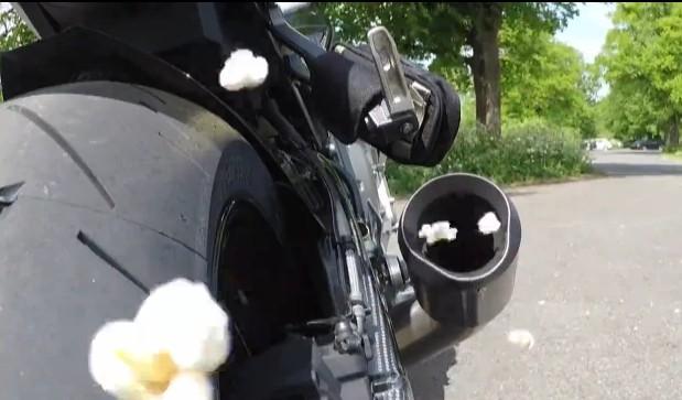 Làm bỏng ngô bằng... pô xe máy