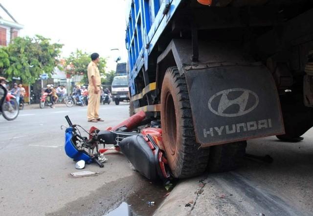 Đang đậu xe trên vỉa hè bị xe tải tống chết