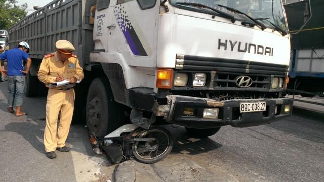 Xe tải cuốn xe máy, một người nguy kịch