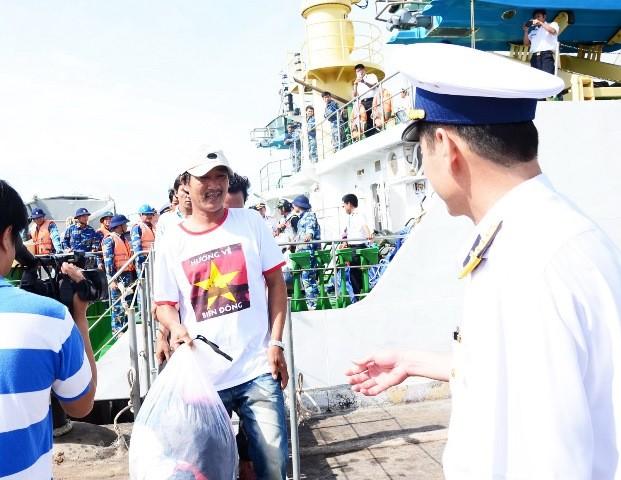 Đưa 11 ngư dân Bình Định bị chìm tàu vào bờ an toàn