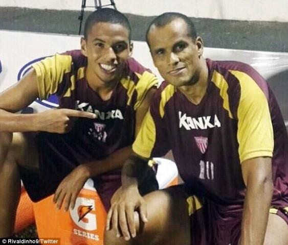 Cha con huyền thoại Rivaldo cùng ghi bàn trong một trận đấu