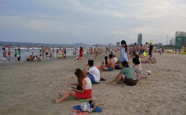 Đà Nẵng: Bắt đầu xử phạt hành vi xả rác, tiểu tiện ở bãi biển
