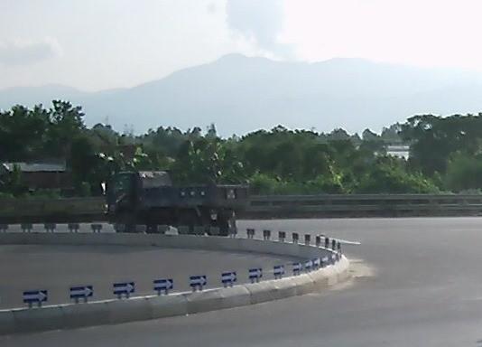 Quảng Bình: Xuất hiện clip quay cảnh xe rải hóa chất phá đường quốc lộ?