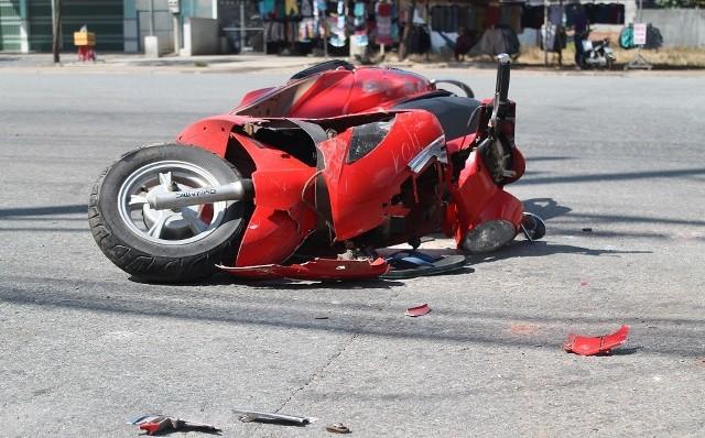 Xe máy vượt đèn đỏ tông vào xe tải, 2 thanh niên bị thương