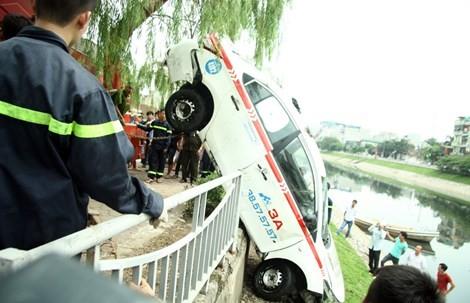 Clip chủ quán nước tò mò lái thử taxi rồi đâm xuống sông