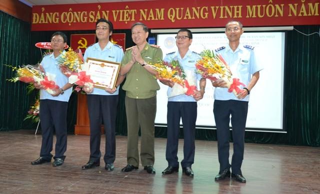 Trao bằng khen cho Chi cục Hải quan cửa khẩu sân bay Tân Sơn Nhất