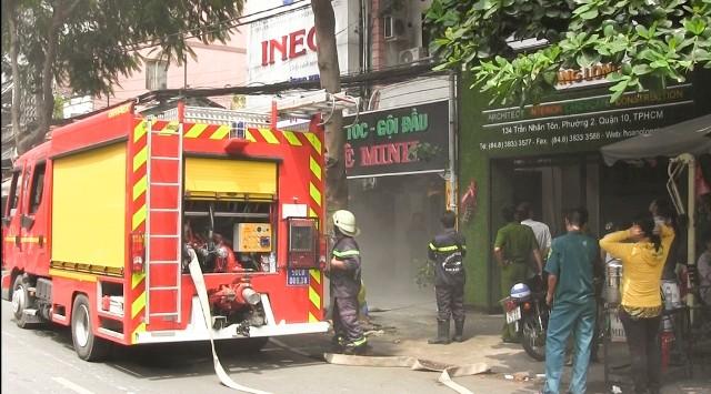 Cháy tiệm hớt tóc, nhân viên tá hỏa bỏ chạy